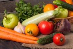 Récolte des légumes sur un fond en bois images stock