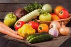 Récolte des légumes sur un fond en bois image stock