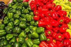 Récolte fraîche des poivrons verts et rouges Photographie stock libre de droits