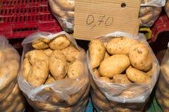 Récolte fraîche des pommes de terre dans des sacs de 10 kilos Photo stock