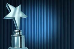 Récompense argentée d'étoile sur les rideaux bleus Images stock