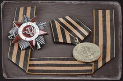 Récompenses soviétiques de militaires, ruban de George, antiquité modifiée la tonalité photo stock