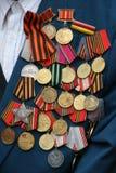 Récompenses soviétiques de militaires sur le coffre de vétéran Photographie stock libre de droits