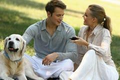 Récréation de couples en parc Photo stock