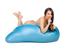 Récréation de jeune femme sur des matrass d'un air Images stock