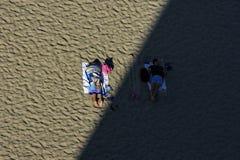 Récréation de touristes sur la côte de la Mer Noire de plage de Mamaia Image libre de droits