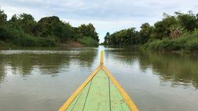 Récréation et pêche sur le lac dans un jour d'été Vieux nez en bois d'arc Bateau flottant sur une rivière banque de vidéos
