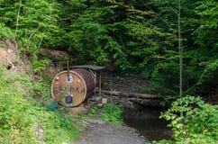 Récréation extérieure - sauna sur une rivière de montagne dans carpathien photos stock
