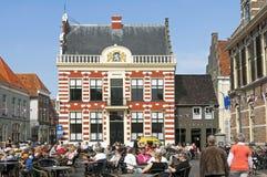 Récréation sur la terrasse sur le marché avec l'hôtel de ville Hattem images libres de droits