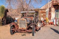 Récupération de Ford Model T à une arrière-cour de magasin à un itinéraire 66 images stock