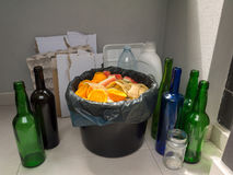 Récupération de place distincte de papier, de plastique, en verre et organique Photo stock