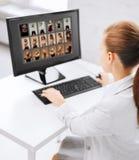 Rédacteur choisissant des photos du moniteur d'ordinateur Photo libre de droits