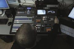 Rédacteur de TV fonctionnant avec le mélangeur visuel audio dans un broadca de télévision photo stock