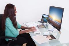 Rédacteur utilisant le comprimé numérique à l'agence de photo image libre de droits