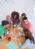 Rédacteurs choisissant des photographies lors d'une réunion Photos libres de droits