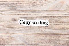 Rédaction publicitaire du mot sur le papier Concept Mots de rédaction publicitaire sur un fond en bois Photographie stock libre de droits