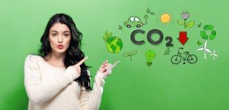 Réduisez le CO2 avec la jeune femme images stock