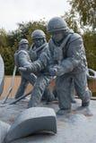 Réduisez le monument en fragments aux sapeurs-pompiers morts pendant les extinguis du feu Images stock