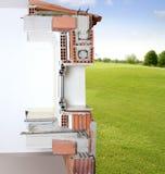 Réel en coupe de mur de façade des blocs de brique Images libres de droits
