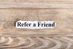 RÉFÉREZ-VOUS un texte d'AMI sur le papier Word SE RÉFÈRENT UN AMI sur le papier déchiré texte debout de reste d'image de figurine images libres de droits