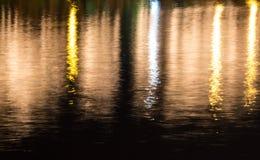 Réfléchissez la lumière colorée sur la rivière Photo stock