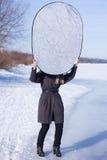 Réflecteur se tenant auxiliaire de photographe image stock