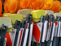 Réflecteurs oranges sur des barricades photos stock