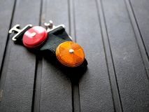 Réflecteurs rouges et oranges de lumière de sécurité pour faire du vélo, campant, sécurité routière photos libres de droits