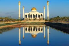 Réflexe de mosquée sur l'eau, Thaïlande Image libre de droits