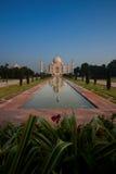 Réflexion éloignée vide de Taj Mahal dans la fontaine Images libres de droits
