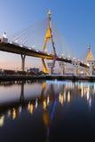 Réflexion au-dessus du pont suspendu la nuit Image libre de droits