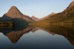 Réflexion au lac deux medicine, Yellowstone Photos stock