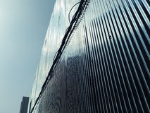 Réflexion bleue du ciel à un mur galvanisé de fer photo libre de droits