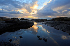 Réflexion côtière de coucher du soleil de regroupement de marée, côte de l'Orégon Images stock
