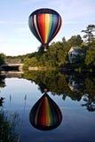 Réflexion chaud de ballon à air et de fleuve Photos stock