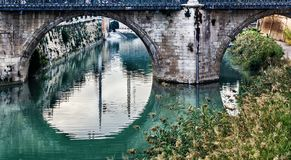 Réflexion circulaire du pont des dangers sur la rivière Segura, Murcie photographie stock