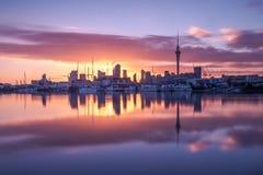 Réflexion colorée d'Auckland sur le lever de soleil Image stock