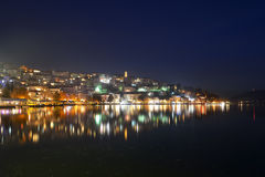Réflexion colorée de ville au lac Photographie stock