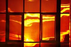 Réflexion crépusculaire dans la fenêtre image libre de droits