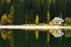 Réflexion d'église sur Lago di Braies, dolomites, Italie Images libres de droits