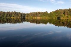 Réflexion d'aube et de miroir de matin du littoral de l'île de Valaam Photographie stock libre de droits