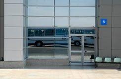 Réflexion d'autobus pour le transport des passagers Image stock