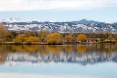 Réflexion d'automnes sur le lac Photo stock