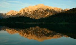 Réflexion d'or de l'eau de montagne Photos libres de droits