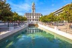 Réflexion d'hôtel de ville de Porto photographie stock