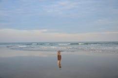 Réflexion d'homme thaïlandais se tenant sur la plage de la mer Images libres de droits
