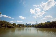 Réflexion d'horizon de lac central Park de NYC  Image libre de droits