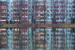 Réflexion d'immeuble dans l'eau avec des arbres Image libre de droits