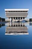 Réflexion d'immeuble de bureaux photographie stock