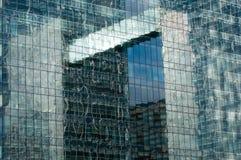 Réflexion d'immeuble de bureaux Image stock